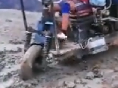 时力定制拉货三轮车来泥泞中行驶